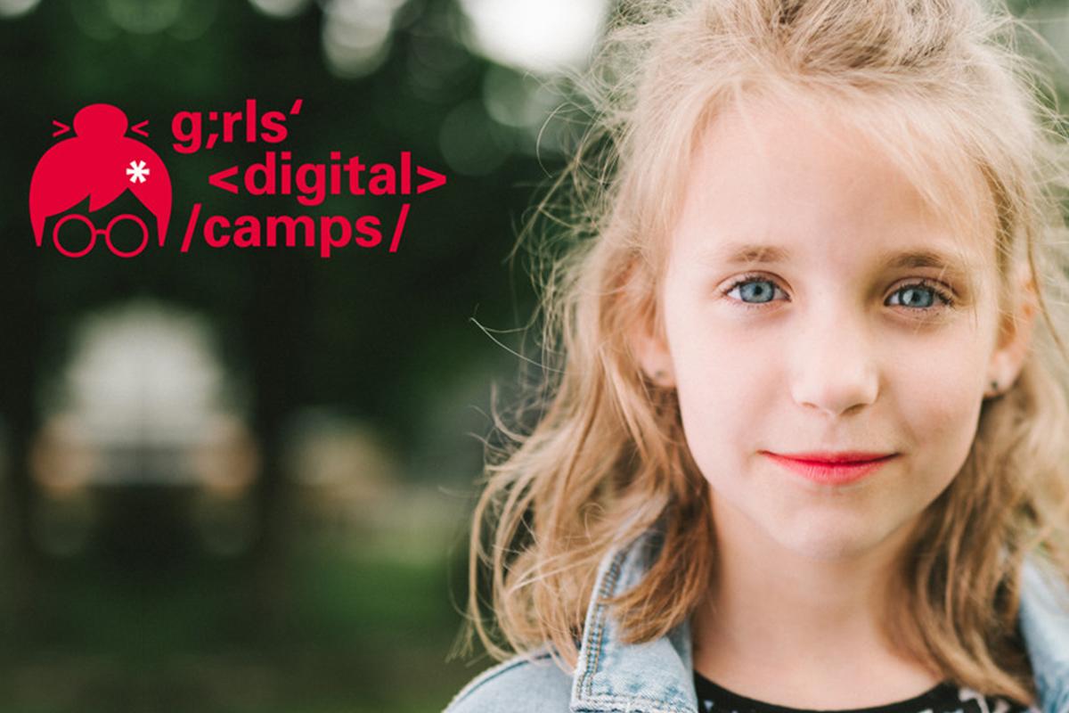 Ein blondes Mädchen schaut in die Kamera, neben ihr das Logo von Girls Digital Camps.