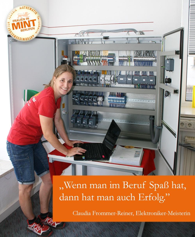 Die Elektroniker-Meisterin Claudia Frommer-Reiner steht lächelnd an ihrem Laptop vor einem Schrank mit Stromkabeln. Im Bild ist ein Zitat von ihr eingefügt: Wenn man im Beruf Spaß hat, dann hat man auch Erfolg.
