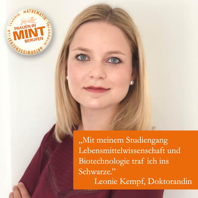 Die Doktorandin Leonie Kempf schaut mit freundlichem Gesichtsausdruck und verschränkten Armen in die Kamera. Im Bild ist ein Zitat von ihr eingefügt: Mit meinem Studiengang Lebensmittelwissenschaft und Biotechnologie traf ich ins Schwarze.