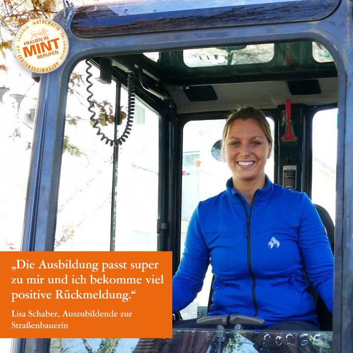 Die Auszubildende zur Straßenbauerin Lisa Schaber lächelt in einem Baustellenfahrzeug sitzend in die Kamera. Im Bild ist ein Zitat von ihr eingefügt: Die Ausbildung passt super zu mir und ich bekomme viel positive Rückmeldung.