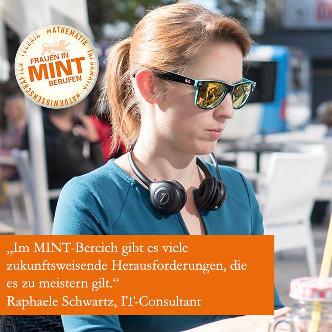 Die IT-Consultant Raphaele Schwartz sitzt im lässigen Outfit mit Sonnebrille und Kopfhörern an einem Tisch. Im Bild ist ein Zitat von ihr eingefügt: Im MINT-Bereich gibt es viele zukunftsweisende Herausforderungen, die es zu meistern gilt.
