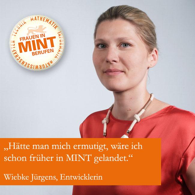 Die Entwicklerin Wiebke Jürgens schaut mit freundlichem Blick in die Kamera. Im Bild ist ein Zitat von ihr eingefügt: Hätte man mich ermutigt, wäre ich schon früher in MINT gelandet.