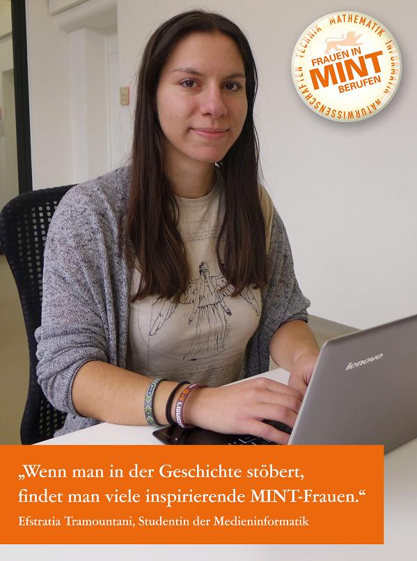 Die Studentin der Medieninformatik Efstratia Tramountani sitzt lächelnd vor ihrem Laptop. Im Bild ist ein Zitat von ihr eingefügt: Wenn man in der Geschichte stöbert, findet man viele inspirierende MINT-Frauen.