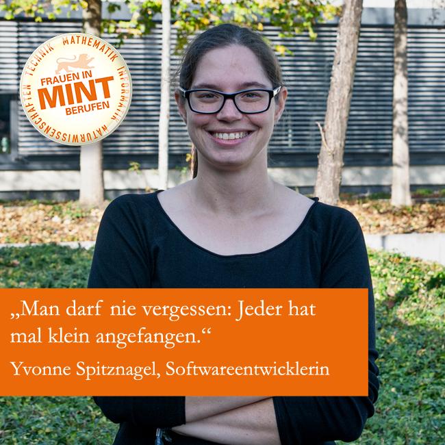Die Softwareentwicklerin Yvonne Spitznagel lächelt mit verschränkten Armen in die Kamera. Auf dem Bild ist ein Zitat von ihr eingefügt: Man darf nie vergessen: Jeder hat mal klein angefangen.