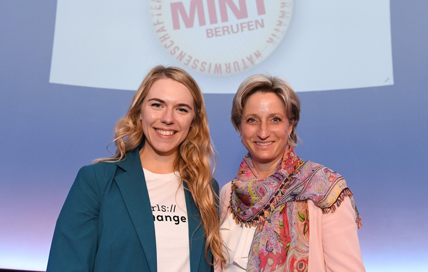 """Botschafterin des Filmwettbewerbs """"Girls change IT"""": Julia Heidinger zusammen mit Ministerin Dr. Nicole Hoffmeister-Kraut"""