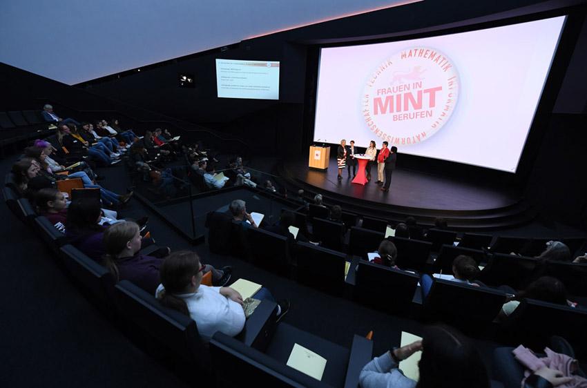 Die Landesinitiative wird von Vertreterinnen bei der Experimenta in Heilbronn vorgestellt.