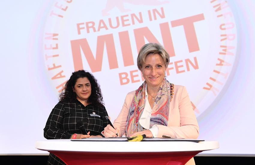 Die Projektleiterin des TinkerTanks steht an einem Rednerpult neben der Wirtschaftsministerin Dr. Nicole Hoffmeister-Kraut.