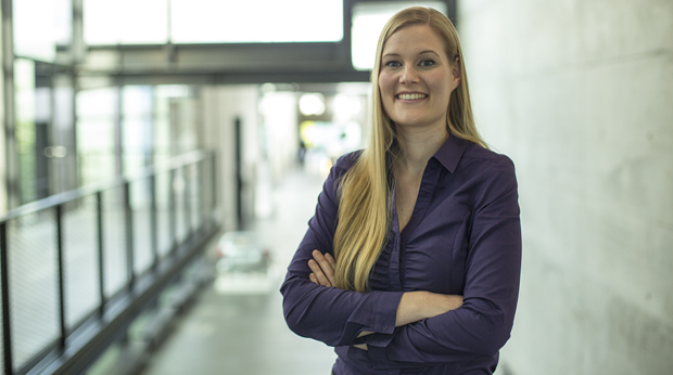Die Abteilungsleiterin der Produktionseinheit Maschinen Kathrin Anandasivam lächelt mit verschränkten Händen in die Kamera.