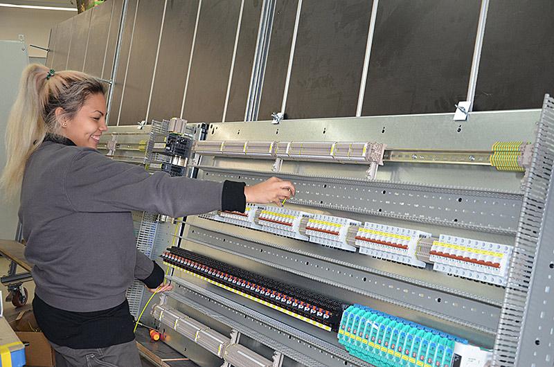 Auf dem Foto bedient Luana eine Maschine.