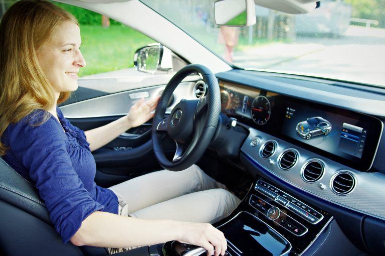 Patrizia sitzt auf dem Fahrersitz eines Autos.