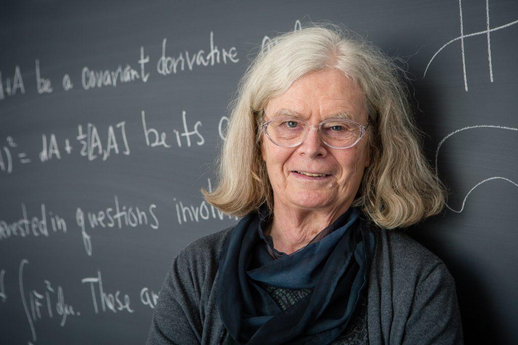 Die Professorin Karen Keskulla Uhlenbeck steht vor einer Tafel.