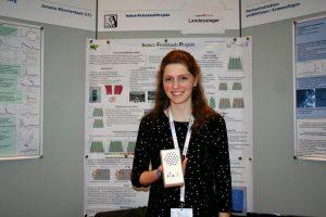Die Landessiegerin Antonia präsentiert ihren Wettbewerbsbeitrag: eine Box mit integriertem Feinstaub- und CO2-Sensor.