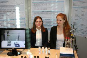 Frederieke und Anna präsentieren bei Jugend forscht ihren Beitrag zur Senkung von Nitrat im Wasser.