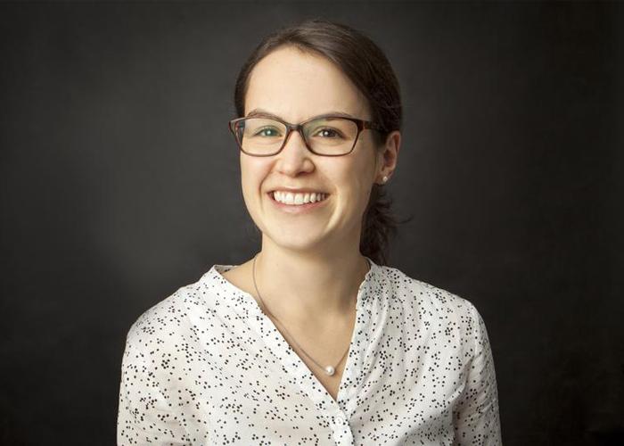 Porträtaufnahme der Preisträgerin Dr.-Ing. Almut Albiez, die eine gepunktete Bluse trägt und freundlich in die Kamera lächelt.