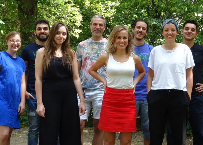 Gruppenfoto des achtköpfigen Teams des Startups