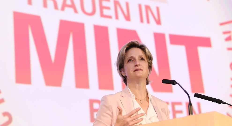 Wirtschaftsministerin Dr. Nicole Hoffmeister-Kraut hält eine Rede.