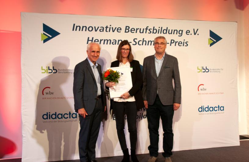 """Eine Frau bekommt stellvertretend für die Initiative """"Frauen im Handwerk"""" den Hermann-Schmidt Preis verliehen."""