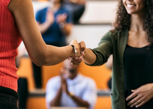Symbolfoto: Zwei Frauen schütteln Hände.