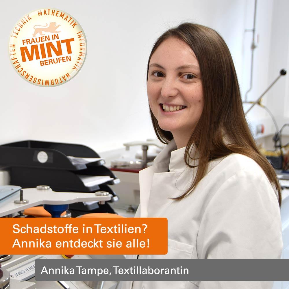 Annika Tampe trägt einen Laborkittel und steht vor Laborinstrumenten. Im Bild ist folgendes eingefügt: Schadstoffe in Textilien? Annika entdeckt sie alle!
