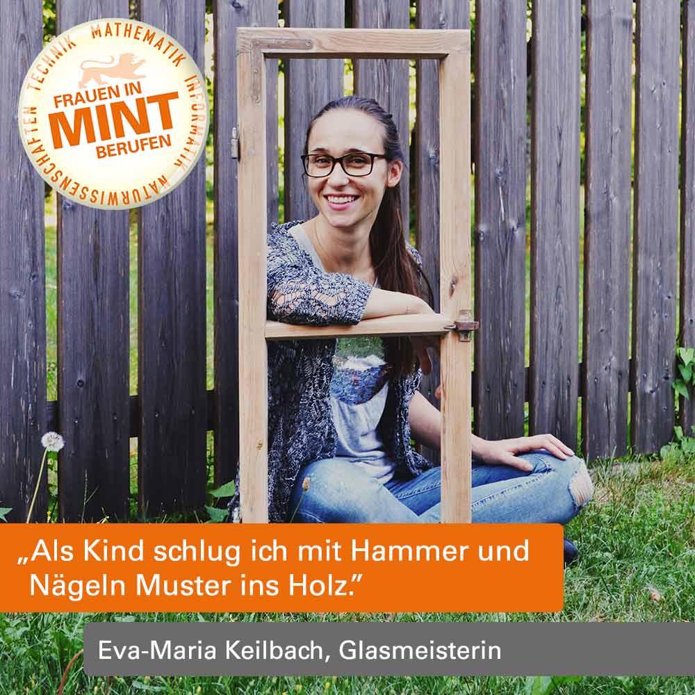 Eva-Maria Keilbach sitzt vor einem Holzzaun und blickt durch einen hölzernen Fensterrahmen freundlich in die Kamera. Im Bild ist ein Zitat von ihr eingefügt: Als Kind schlug ich mit Hammer und Nägeln Muster ins Holz.