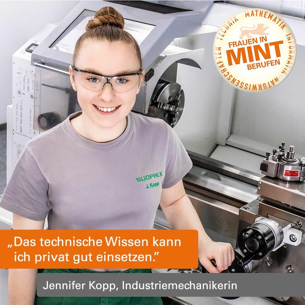 Mit Klick auf dieses Foto gelangen Sie zum Porträt der Industriemechanikerin Jennifer Kopp, welche hier in Arbeitskleidung vor einer Maschine zu sehen ist.
