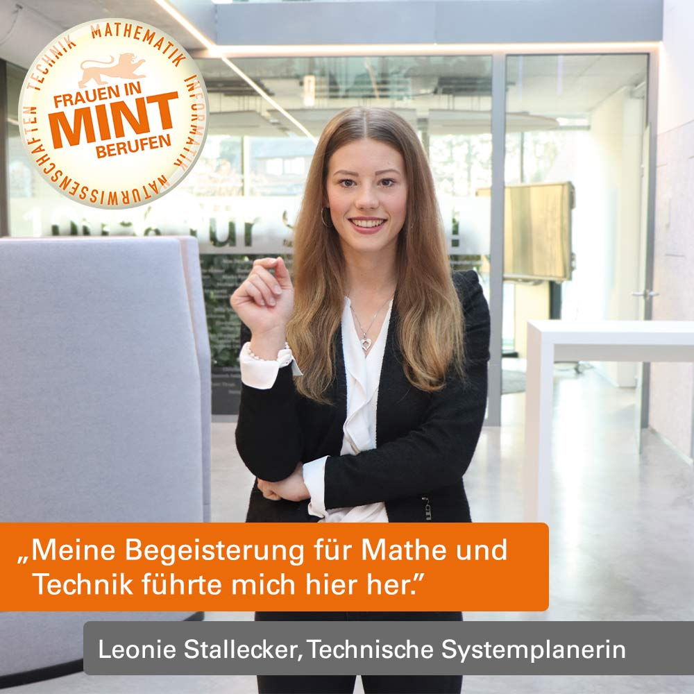 Leonie Stallecker trägt ein weißes Hemd und einen schwarzen Blazer und steht vor einem Büroraum. Im Bild ist ein Zitat von ihr eingefügt: Meine Begeisterung für Mathe und Technik führte mich hierher.