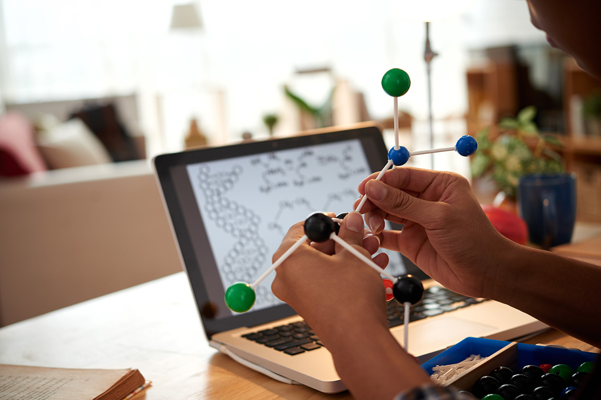 Ein Kind baut mit einem Modell Moleküle nach.