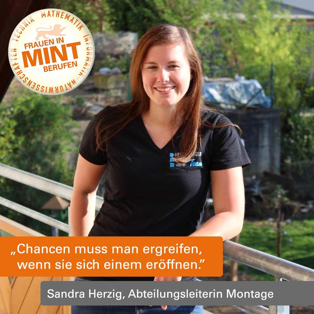 Sandra Herzig lächelt freundlich in die Kamera und trägt ein T-Shirt mit Firmenlogo. Im Bild ist ein Zitat von ihr eingefügt: Chancen muss man ergreifen, wenn sie sich einem öffnen.