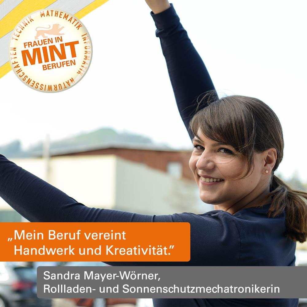 Die Mechatronikerin Sandra Mayer-Wörner hält ein Stück Markise in die Höhe und lächelt dabei freundlich. Im Bild ist ein Zitat von ihr eingefügt: Mein Beruf vereint Handwerk und Kreativität.