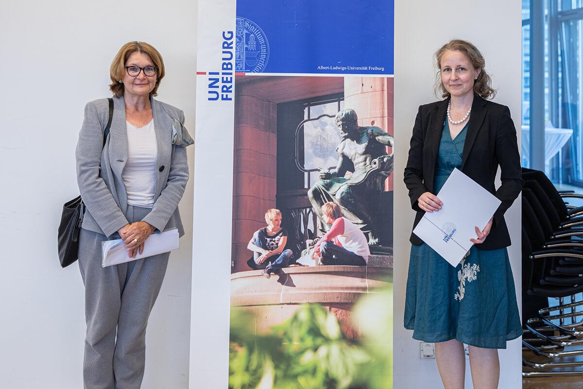 Gisela Riescher, Prorektorin für Redlichkeit in der Wissenschaft, Gleichstellung und Vielfalt, zeichnet Maria Asplund mit dem Bertha-Ottenstein-Preis aus.