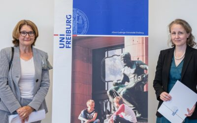 Mit Klick auf dieses Bild, welches zeigt wie Gisela Riescher, Prorektorin für Redlichkeit in der Wissenschaft, Gleichstellung und Vielfalt, Maria Asplund mit dem Bertha-Ottenstein-Preis auszeichnet, gelangen Sie zum zugehörigen Beitrag.