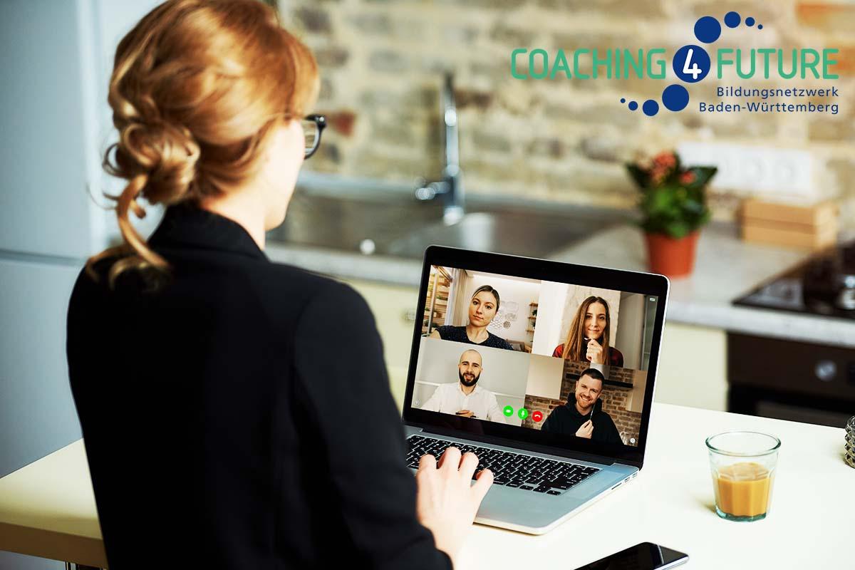 Eine Frau sitzt vor dem Laptop und hat ein Videochat-Programm geöffnet.