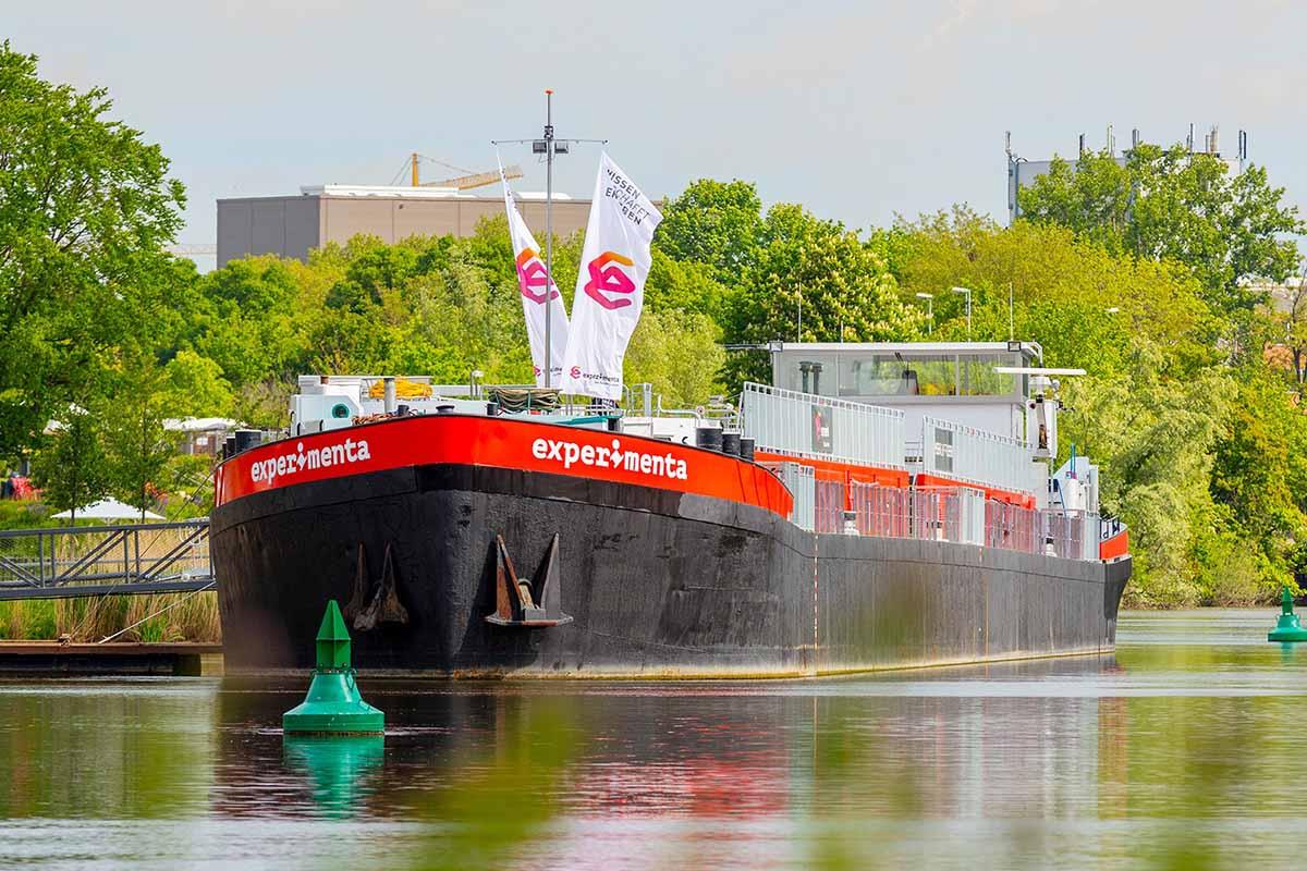 Das Schiff MS Experimenta liegt auf dem Fluss am Hafen.