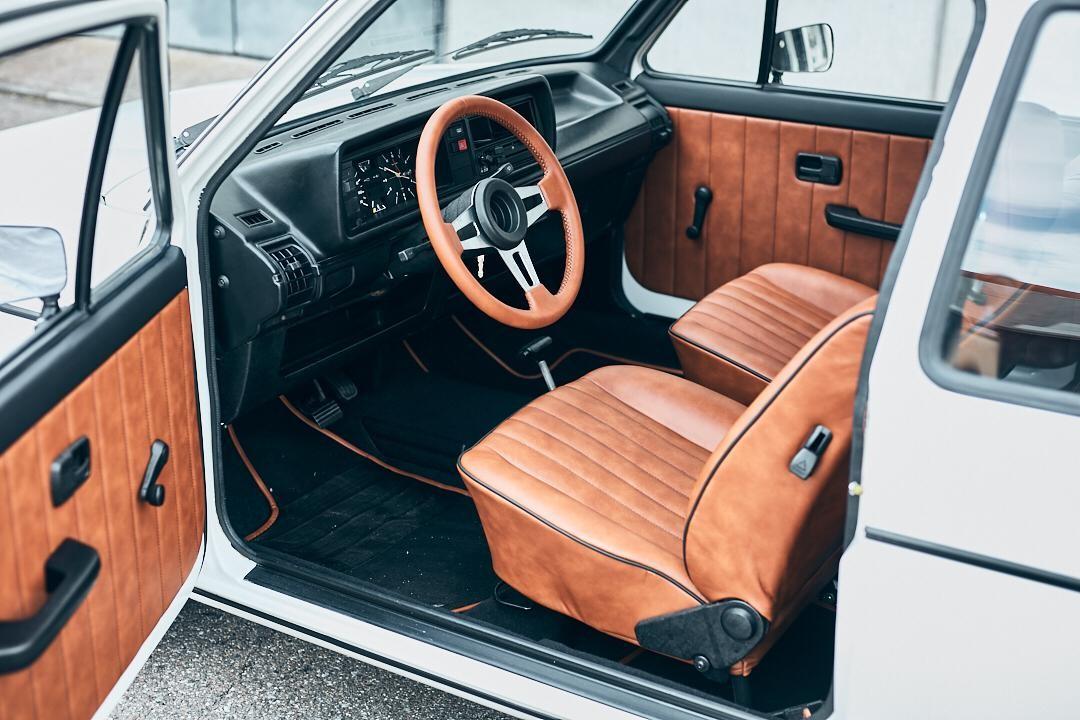Rebeccas praktische Arbeit zur Meisterprüfung:  die komplette Restauration der braunen Leder-Innenausstattung eines alten weißen VW Jetta..