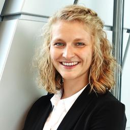 Porträtfoto von Franziska Schneider, auf dem sie eine weiße Bluse und eine schwarze Jacke trägt.