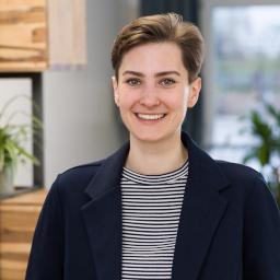 Porträtfoto von Maria Stepanov, auf dem sie ein gestreiftes Shirt und eine schwarze Jacke trägt.