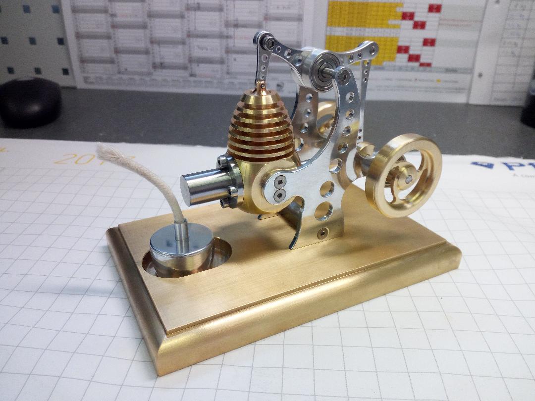 Der von Linda Biermann und ihren Mit-Azubis gebaute Stirlingmotor in Gold und Silber.