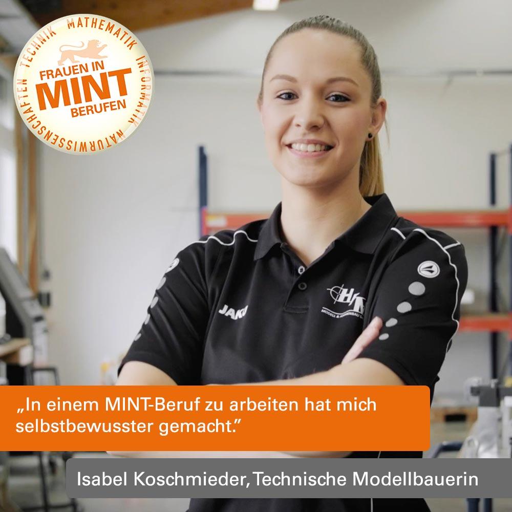 DIe technische Modellbauerin Isabel Koschmieder steht im Firmen-Tshirt vor der Kamera und lächelt.