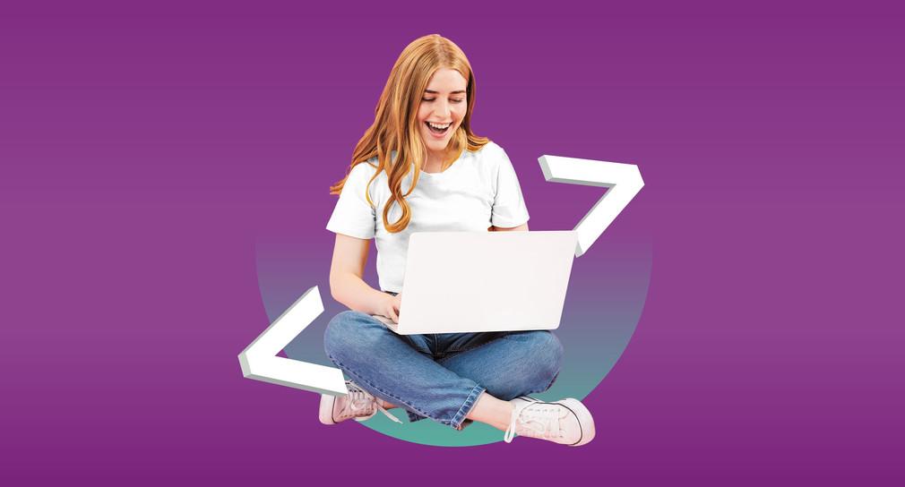 Das Bild zeigt eine junge Frau vor einem Laptop sitzend