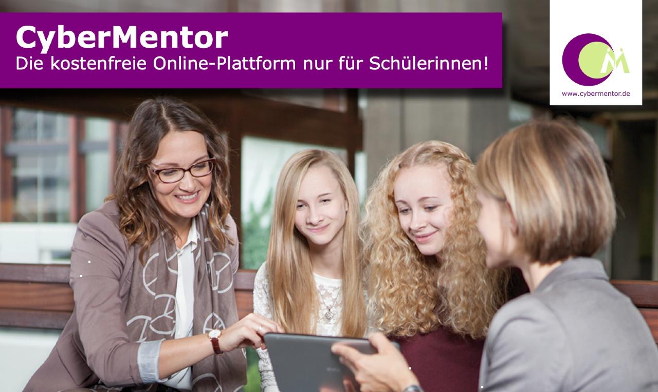 Das Bild zeigt eine Gruppe von Frauen und Mädchen vor einem Laptop. Das Bild ist mit dem Logo von Cybermentor versehen.
