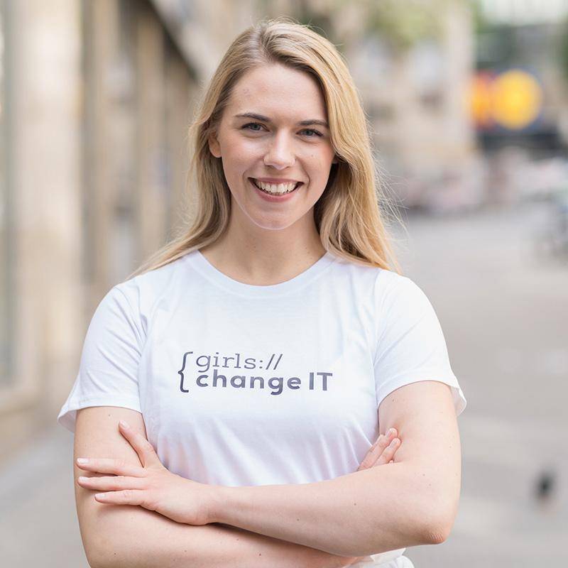 Das MINT-Rolemodel und Programmiererin Julia Heidinger lächelt in die Kamera