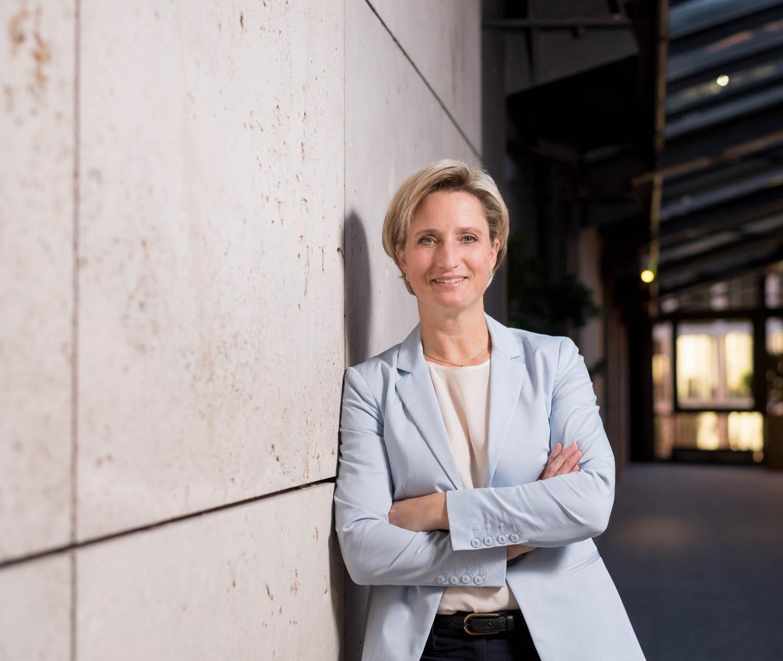 Dieses Bild zeigt die Minsterin für Wirtschaft, Arbeit und Wohnungsbau, Dr. Nicole Hoffmeister-Kraut.