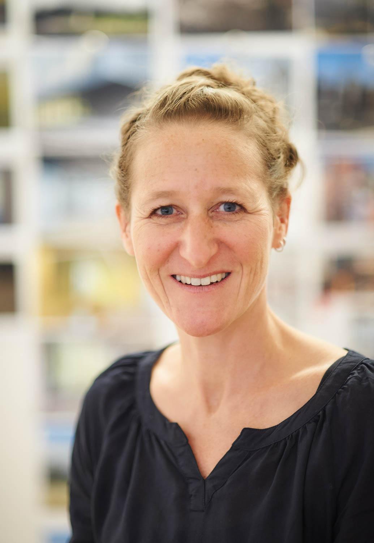Die Vorreiterin für klimagerechtes Bauen und Architektin Liza Heilmeyer blickt freundlich lächelnd in die Kamera.