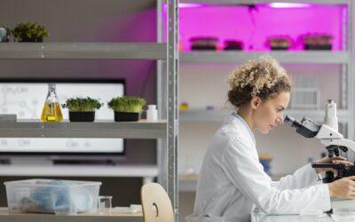 Mit Klick auf dieses Bild einer Wissenschaftlerin am Mikroskop gelangen Sie zum zugehörigen Beitrag.