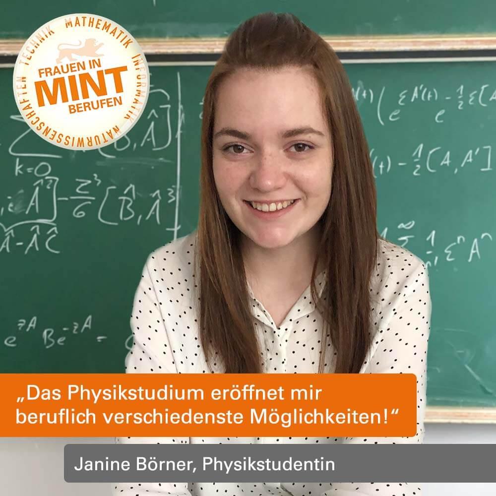 Das Bild zeigt Janine Börner in einem Seminar im Physikstudium, wie sie vor einer kreidebschriebenen Tafel sitzt.