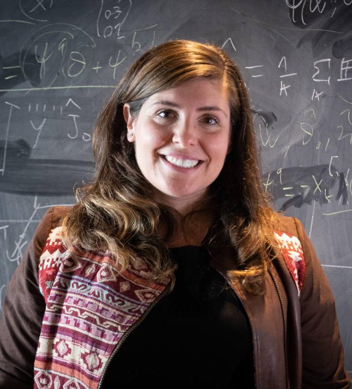 Das Bild zeigt Prof. Dr. Isabel Valera, Expertin für Machine Learning, vor einer schwarzen Tafel.