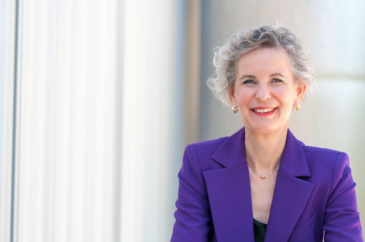 Das Bild zeigt die Expertin für Zukunftsforschung Universitätsprofessorin Marion Weissenberger-Eibl in einem violetten Anzug.