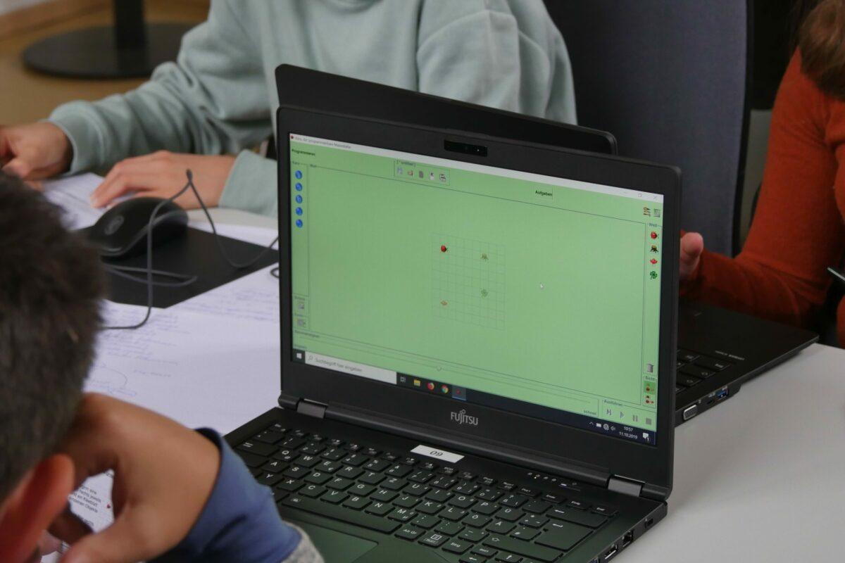 Das Bild zeigt einen aufgeklappten Laptop
