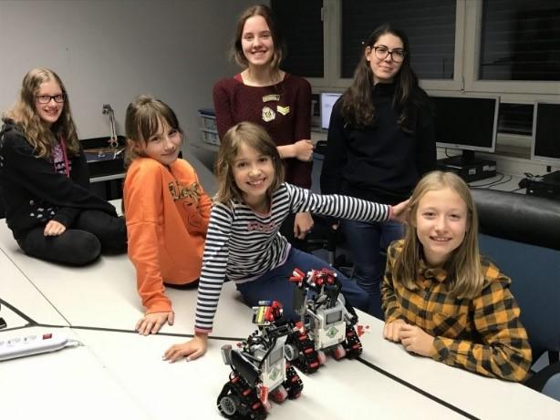 Das Bild ist ein Gruppenfoto von den Teilnehmerinnen des Roboter-Schnupperkurses der AEROSPACE LABS.