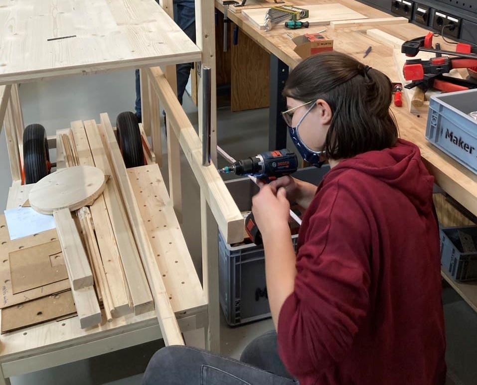 Das Bild zeigt die MINT-begeisterte Clara Springer beim Arbeiten in der Werkstatt.